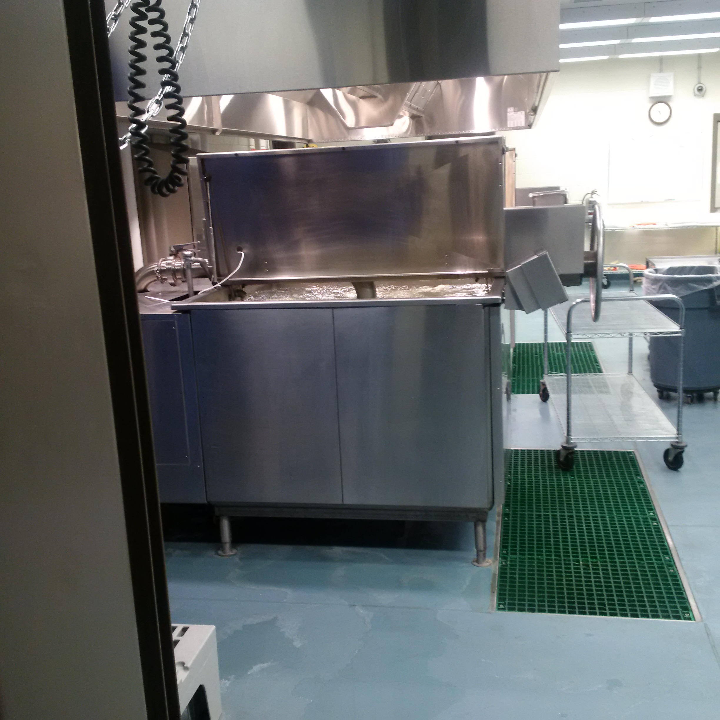 Photos of machinery used to prepare 'cook-chill' meals at Mission Institution
